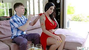 Stud gets an experience from a scorching mummy - Melissa lynn